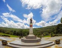 Den Thao Suranari statyn med härlig himmel på Thao Suranari parkerar, förbudet Nong Sarai, Pak Chong, Nakhon Ratchasima, Thailand Arkivfoto