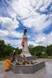 Den Thao Suranari statyn med härlig himmel på Thao Suranari parkerar, förbudet Nong Sarai, Pak Chong, Nakhon Ratchasima, Thailand Royaltyfria Bilder