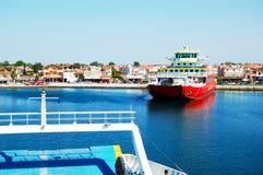 Den Thassos färjan som går till den Thassos ön Arkivbild