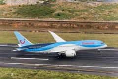 Den Thomson flygbolagnivån tar av från den phuket flygplatsen royaltyfri foto