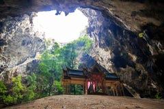 Den Thum Phraya Nakhon grottan lokaliserar i Khao Sam Roi Yot National Park Prachuapkhirikhan, Thailand Royaltyfri Foto
