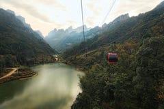 Den Tianmen bergcablewayen, längst bergcableway i Arkivbild