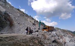 Den Tianshan kreuzend, bereisen Sie - Reparatur des Landstraßenerdrutschs Stockbilder