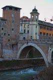 Den Tiberina ön och den Pons Fabricius eller Ponte deien Quattro Capi, är den äldsta romerska bron i Rome, 62 F. KR. italy rome Arkivbilder