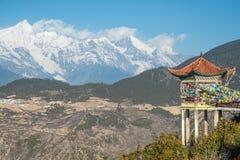 Den Tibet paviljongen och Meili snöar berget i Yunnan Royaltyfri Fotografi
