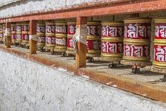 Den tibetana bönen wheels in Ladakh, Indien Arkivfoto