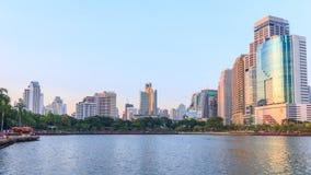 Den Tid schackningsperioden av Benchakitti parkerar sjösikt med solljus i Bangkok arkivfilmer