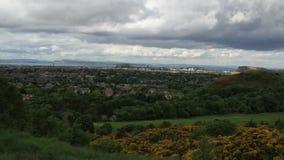 Den Tid schackningsperioden av Edinburg från ett avstånd som molnen går arkivfilmer