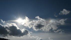 Den Tid schackningsperioden av flyttningen fördunklar med solen i den blåa himlen arkivfilmer