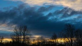 Den Tid schackningsperioden av solnedgången och moln vårdar in naturligt område för floodplainen i Portland Oregon en vinterafton arkivfilmer