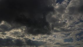 Den Tid schackningsperioden fördunklar himmelatmosfär lager videofilmer