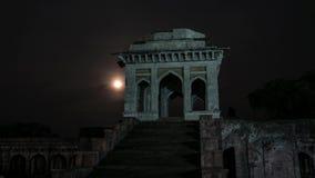 Den Tid schackningsperioden Mandu Indien med månen, afghan fördärvar av islamkungarike, moskémonumentet och muslimgravvalvet arkivfilmer