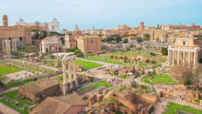 Den Tid schackningsperioden med zoomen över fördärvar, Roman Forum, Italien stock video