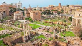 Den Tid schackningsperioden med zoomen över fördärvar, Roman Forum, Italien arkivfilmer