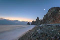 Den tidiga frostiga morgonen på stranden på udde fyra vaggar Royaltyfri Bild