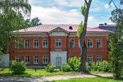 Den tidigare administrationsbyggnaden av Tomsk godset av alen royaltyfria foton
