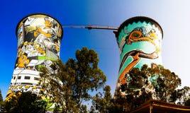 Den tidigare powerplanten som kyler tornet, ?r nu tornet f?r GRUNDbanhoppning arkivfoto