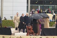 Den tidigare U S Presidenten Bill Clinton går på etappen som medföljs av presidenten George W Bush tidigare presidenter Jimmy Car Royaltyfria Foton