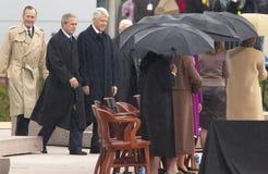 Den tidigare U S Presidenten Bill Clinton går på etappen som medföljs av presidenten George W Bush tidigare presidenter Jimmy Car Royaltyfri Bild