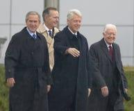 Den tidigare U S Presidenten Bill Clinton vinkar från etappen som medföljs av presidenten George W Bush tidigare presidenter Jimm Arkivbilder