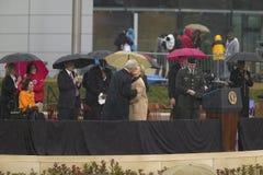 Den tidigare US-presidenten Bill Clinton kysser frun Arkivbild