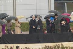 Den tidigare US-presidenten Bill Clinton upprör händer med US-presidenten George W Bush under den storslagna öppningscermonin av  Arkivfoto