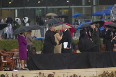 Den tidigare US-presidenten Bill Clinton upprör händer med US-presidenten George W Bush under den storslagna öppningscermonin av  Royaltyfria Bilder
