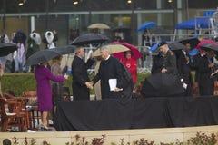 Den tidigare US-presidenten Bill Clinton upprör händer med US-presidenten George W Bush under den storslagna öppningscermonin av  Royaltyfri Bild