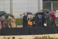 Den tidigare US-presidenten Bill Clinton upprör händer med US-presidenten George W Bush under den storslagna öppningscermonin av  Royaltyfri Fotografi