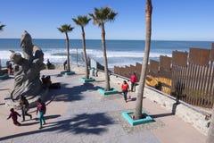 Den Tijuana stranden parkerar på gränsen arkivbild