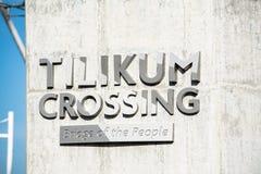 Den Tilikum korsningen bron undertecknar i Portland, Oregon royaltyfri fotografi