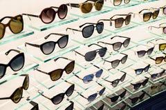 Den till salu lyxiga solglasögon shoppar in fönsterskärm Arkivbilder