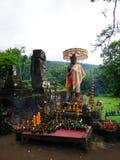 Den tillbad statyn på vaten Phou fördärvar grunden under grön säsong i Champasak, Laos Royaltyfria Bilder
