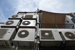 Den tillbaka gränden av shophouse med multipel luft-lurar enheten Fotografering för Bildbyråer