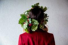 Den tillbaka sidan av ett huvud med eken lämnar kransen Royaltyfria Foton