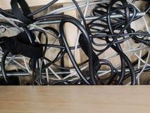 Den tillbaka sidan av moderna funktionsdugliga datorhallserveror med kablar - den molnservice och E-komrets, laddar upp och nedla arkivbild
