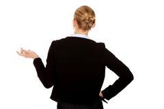 Den tillbaka sikten av affärskvinnan som rycker på axlarna med vet jag, inte gest arkivfoto