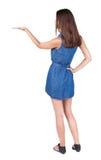Den tillbaka sikten av den härliga kvinnan i jeans klär, och sandaler rymmer H royaltyfri bild