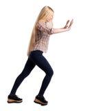 Den tillbaka sikten av kvinnan skjuter väggen arkivbilder