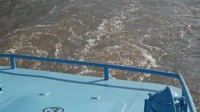 Den tillbaka sikten tvättar sig på på floden