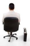 den tillbaka stolschefen poserar att sitta Arkivfoton