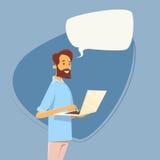 Den tillfälliga affärsmannen som använder bärbar datordatoren, överför kommunikation för pratstund för meddelandeinternet smsande royaltyfri illustrationer