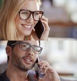 Den tillfälliga blonda kvinnan och mannen ställde in, affärskvinnan, affärsmannen som talar vid smartphonen Teknologibruksstående Royaltyfria Foton