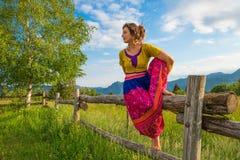 Den tillfälliga flickan kopplar av görasträckning och yoga Arkivfoton