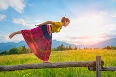 Den tillfälliga flickan kopplar av görasträckning och yoga Royaltyfri Bild