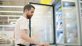 Den tillfälliga grabben köper mat i lager stock video