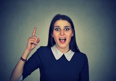 Den tillfälliga kvinnan som pekar upp, har en idé arkivbild