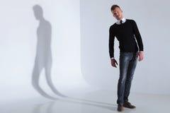 Den tillfälliga mannen i en förväxla poserar Royaltyfria Bilder