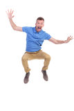 Den tillfälliga unga mannen hoppar och skriker Royaltyfri Bild