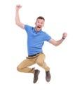 Den tillfälliga unga mannen hoppar i luften Arkivfoto